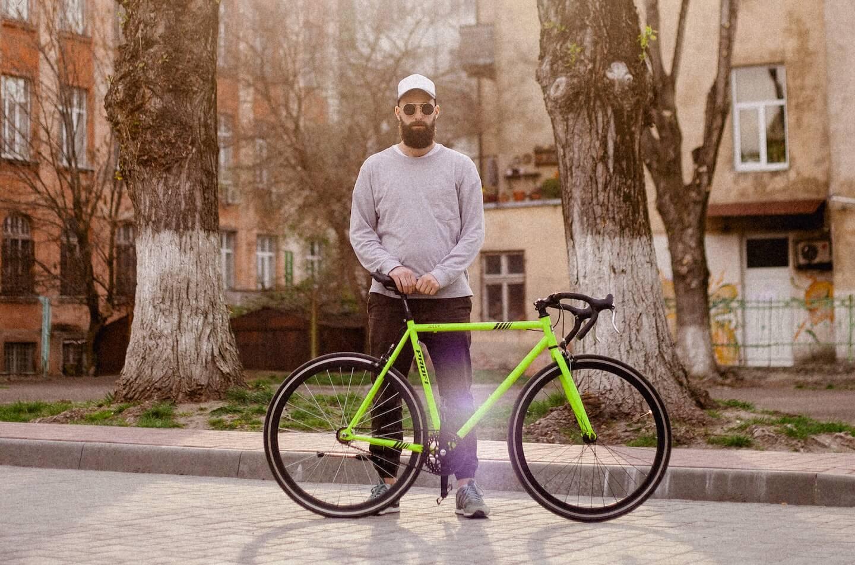Un coursier à vélo